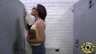 Roxanne Rae ama chupar rola pelo buraco da parede