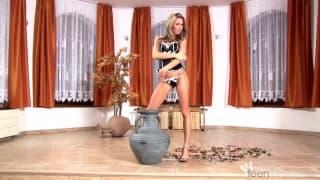Veronika Fasterova fazendo um striptease sexy