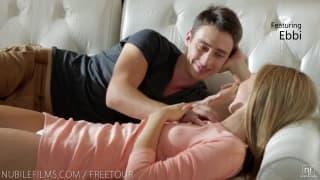 Cadela suga lentamente o esperma desse pênis