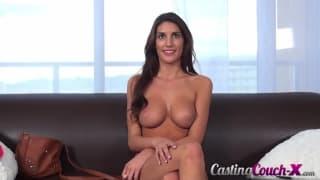 August Ames está com tesão neste casting pornô
