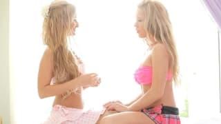 Lésbicas loiras e lindas a foder uma com a outra