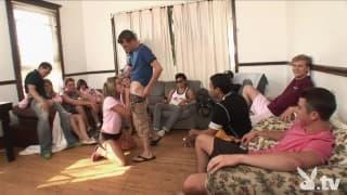 Festa hardcore com uma sala cheia de estudantes