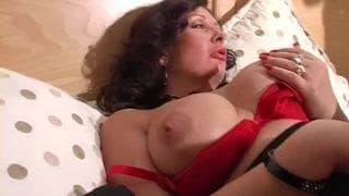 Sara Beattie é uma Milf sensual e muito tesuda