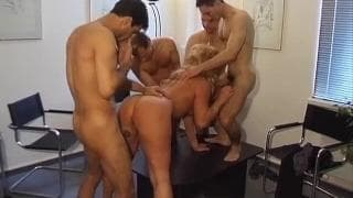 Esta loira está em um gang bang com vários machos