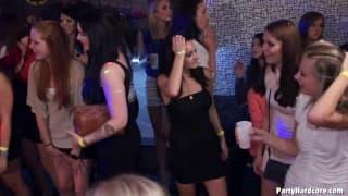 Amadores fodendo alegremente na discoteca