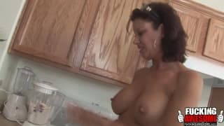 Vanessa Videl é uma coroa madura fazendo milkshake