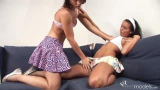 Carmen Leatitia e sua amiga tocam em suas bucetas