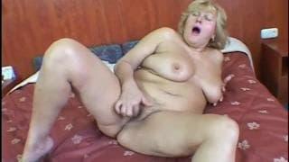 Lola Nole é uma bbw coroa se masturbando