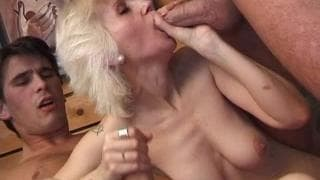A vovó toma um gangue bangue e raspa sua buceta