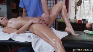 Jenni Lee em uma massagem sensual e relaxante