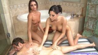 Duas morenas lindas massageando um cara de sorte
