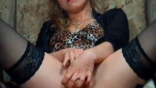 A loira sensual mostra sua a bela buceta