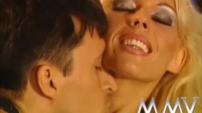 Kelly Trump faz anal e toma uma ejaculação facial