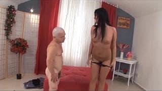 Carmen Black fode com o seu amigo anão