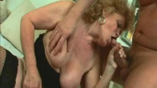 Renata é uma avó loira que gosta de foder