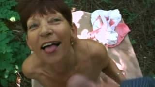 Fodendo a avó de alguém ao ar livre
