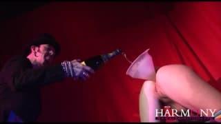 Essa loira gosta de tomar seu champagne pela bunda