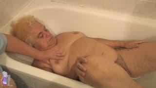 Hermine toma um banho bem quente !