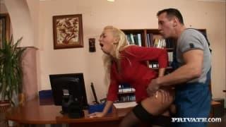 Demi Blue é uma secretária loira !