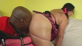 Jasmine é uma morena gorda que adora sexo
