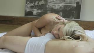 Loira maravilhosa desfruta mamando rola