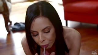 Brandy Aniston toca punheta ao namorado