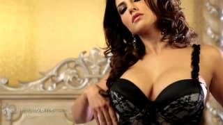 Sunny Leone se fode a solo na cama