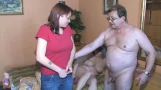Um casal de velhos fodem uma jovem ruiva