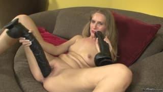 Sara James e seu vibrador negro gigante