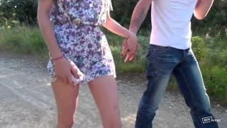 Linda francesa com o namorado em publico
