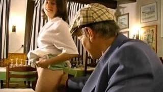 Um velho a fazer sexo com empregada de mesa