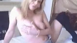 Loira gostosa se masturba para a câmera