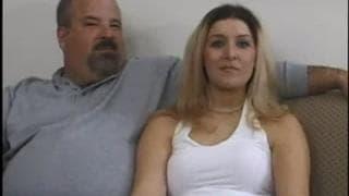 Ela fode com o amante na frente do marido