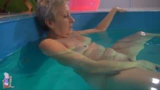 A avó vai na piscina antes de se masturbar