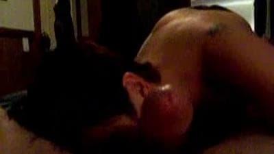 A morena sexy aproveita a rola do companheiro