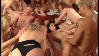 Uma orgia cheia de milf tesudas