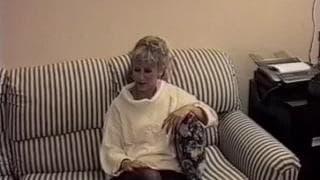 Os homens no sofa a espera de chupada