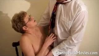 O médico examina esta velha
