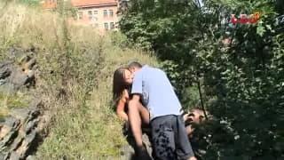 Este casal vai foder no meio da natureza