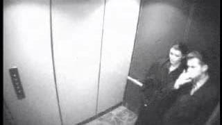 Um boquete sorrateiro no elevador!