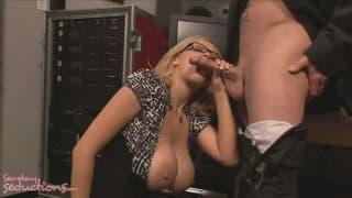 Katie Kox chupa o esperma de Jack Vegas