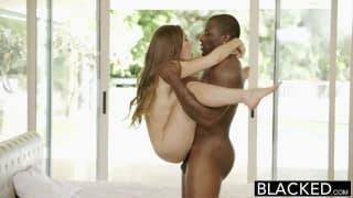 Esta jovem experimenta a rola de um negro
