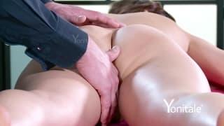Dando uma massagem a uma mulher nua