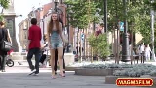 Uma menina mostra o seu peito na rua