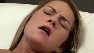 Jessica atinge orgasmo com brinquedo sexual