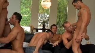 Striptease que leva a uma grande orgia gay!