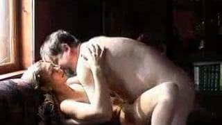 Uma loira sensual com o marido