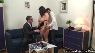 Uma mulher gorda transando com dois caras