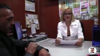 Samantha Sainz é secretaria sensual
