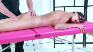 Morena sedutora tem uma boa massagem